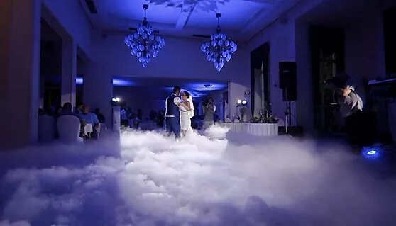 Couple qui danse avec fumée lourde -Mylo events